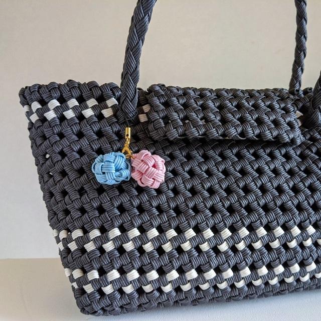 石畳編みのバッグとストラップ
